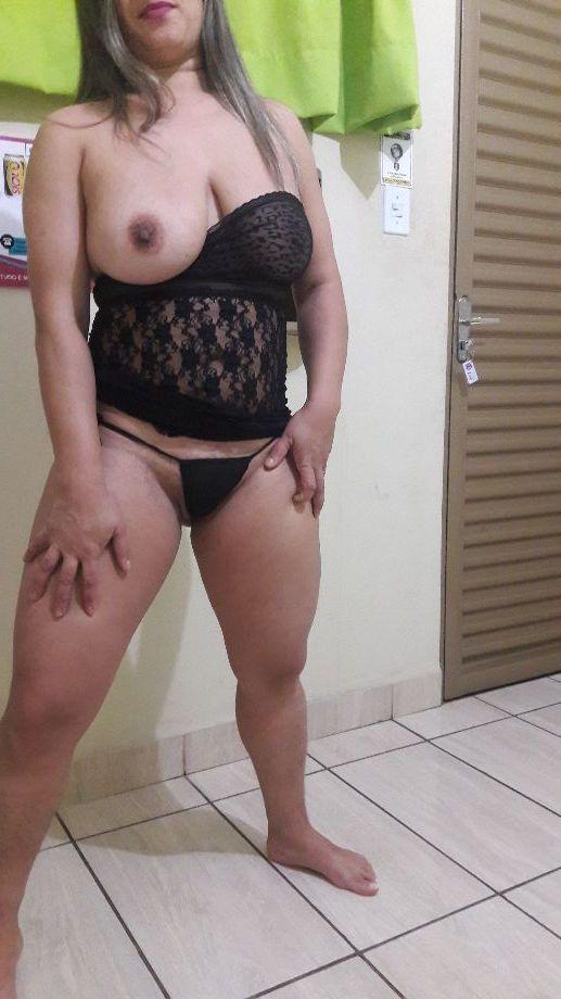 Esposa safada no motel mostrando o cu e a buceta fodidos