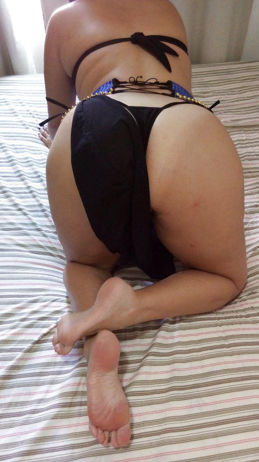 Peitinhos e buceta linda da esposa fantasiada